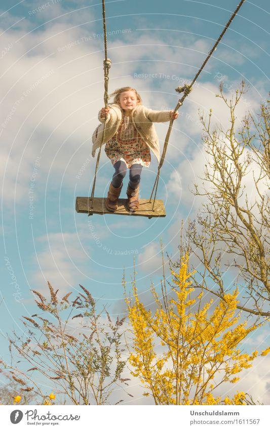 Frühlingsträume Spielen Kinderspiel Garten Mensch Mädchen Kindheit Leben 3-8 Jahre Natur Himmel Wolken Pflanze Sträucher schaukeln träumen Glück Unendlichkeit