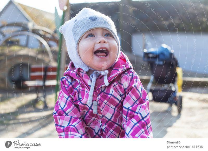 Playground Mensch feminin Kind Kleinkind Mädchen Kindheit 1 1-3 Jahre lachen lustig Spielplatz Spielen Lächeln Mütze Frühling Lebensfreude Farbfoto
