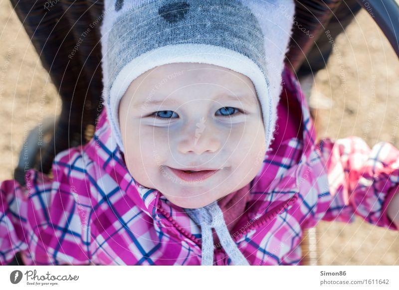 Up side down feminin Kind Kleinkind Mädchen Kindheit 1 Mensch 1-3 Jahre lachen grinsen Frühling Mütze Vogelperspektive schön Farbfoto Außenaufnahme Tag