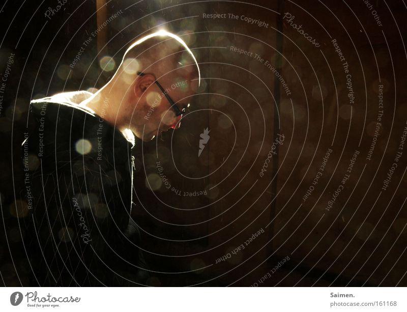 Hoffen auf Erleuchtung Mann Licht Lichtpunkt Brille Lichtstrahl Reflexion & Spiegelung erleuchten Staub maskulin Denken nachdenklich positiv schön Hoffnung