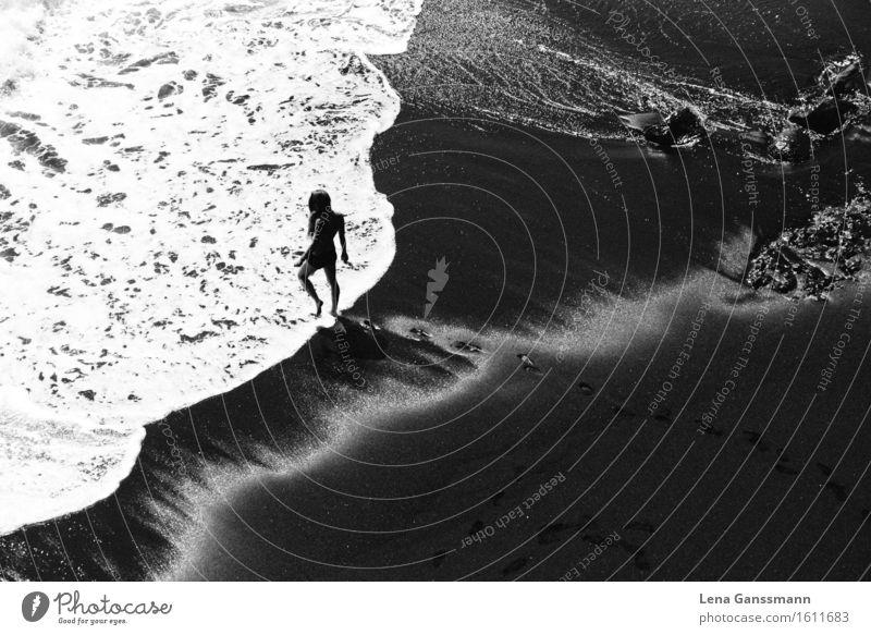 Frau am Strand Erholung Schwimmen & Baden Sommer Sommerurlaub Sonne Sonnenbad Meer Wellen feminin Junge Frau Jugendliche Erwachsene Körper 1 Mensch 18-30 Jahre
