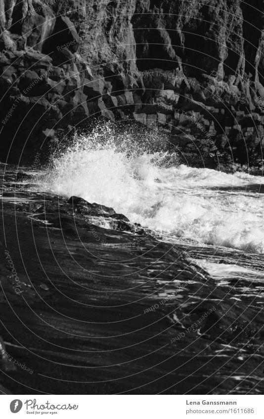Meereswasser bricht an einem Felsen Ferien & Urlaub & Reisen Tourismus Ausflug Ferne Sommer Sommerurlaub Strand Insel Wellen Umwelt Natur Sand Wasser