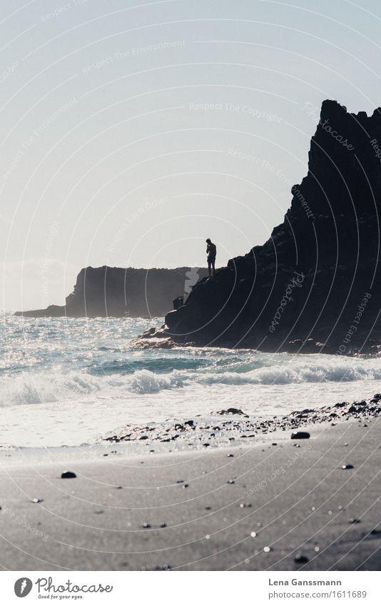 Mann steht auf einer Klippe am Atlantik Mensch Himmel Jugendliche Sommer Wasser Sonne Meer Erwachsene Küste Denken Stein Sand Felsen maskulin glänzend