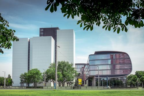 Medienarchiv Himmel Natur Stadt Baum Umwelt Straße Architektur Wiese Gebäude Fassade Arbeit & Erwerbstätigkeit Design Büro modern Hochhaus ästhetisch