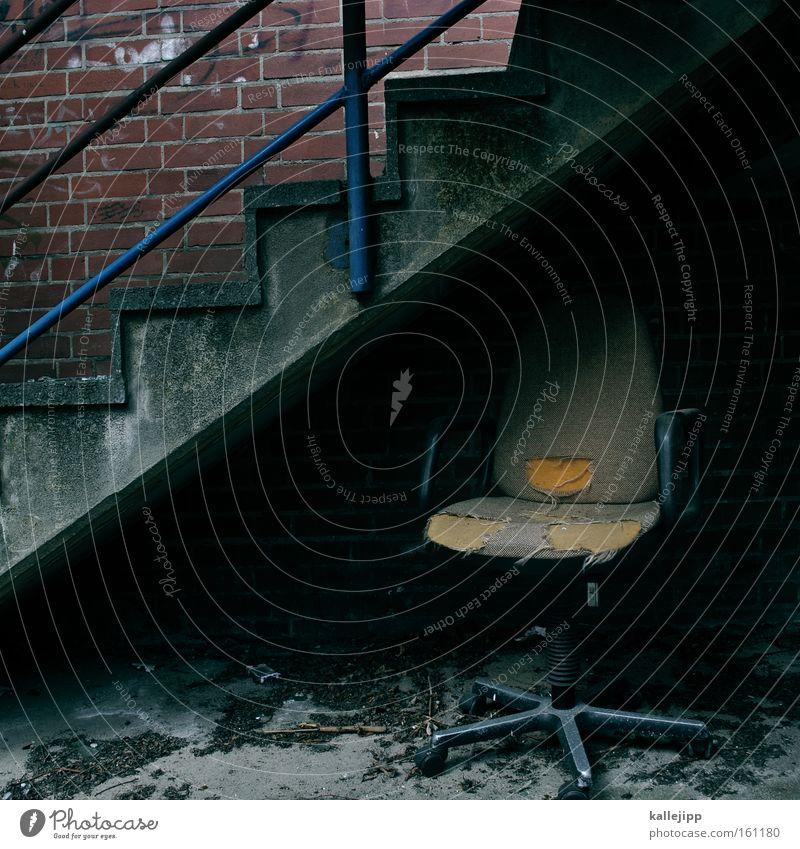 karriereleiter Arbeit & Erwerbstätigkeit dreckig Treppe kaputt Stuhl Müll Geländer Loch Treppengeländer Leiter Karriere Arbeitsplatz Versteck Polster Ergonomie Drehstuhl
