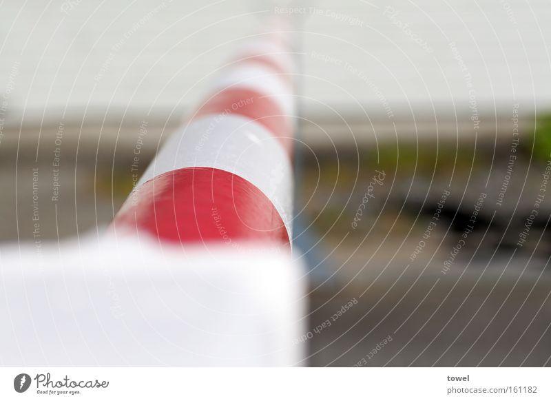 Schlagbaum weiß rot Barriere gefährlich Grenze Kontrolle Warnhinweis Übergang Schranke Warnschild Bahnübergang Grenzübergang