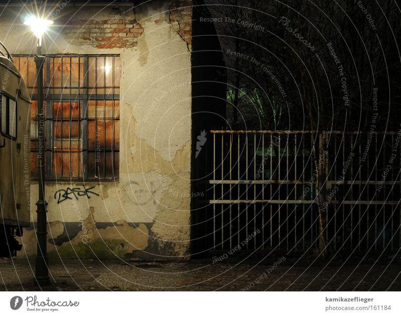 neukölln bei nacht Berlin Neukölln Nacht dunkel Stadt Leben verfallen Laterne Zaun Gitter Fenster alt Haus Fassade