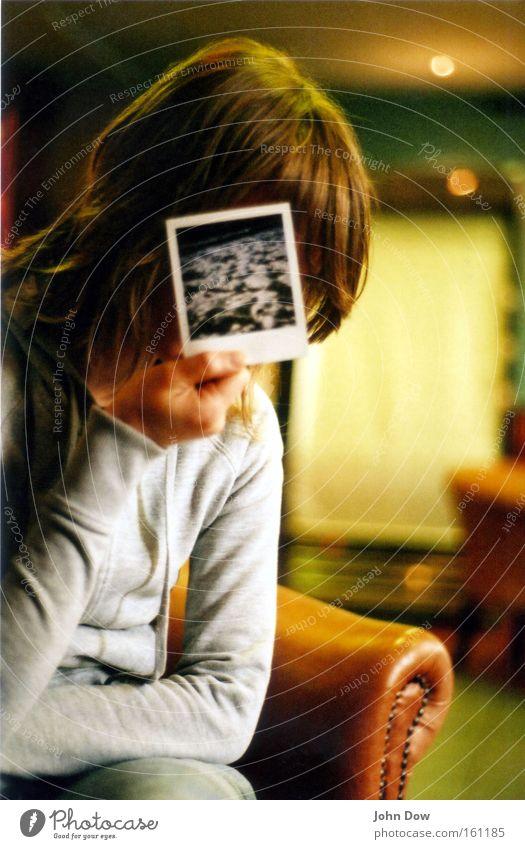 Bild im Bild Farbfoto Innenaufnahme Polaroid Oberkörper Gesicht Sessel Mädchen Frau Erwachsene sitzen Schutz Schüchternheit Nostalgie anonym verstecken