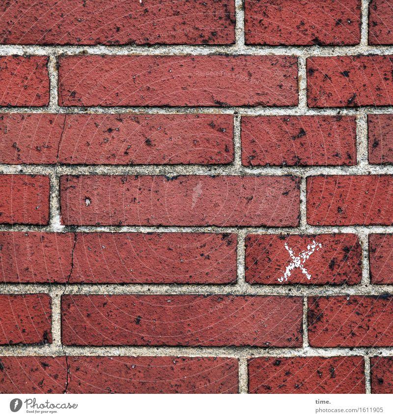 unscheinbares Detail | x für Insider Bauwerk Gebäude Mauer Wand Mörtel Stein Backstein Zeichen Kreuz Linie eckig Fröhlichkeit verrückt rot weiß Design entdecken