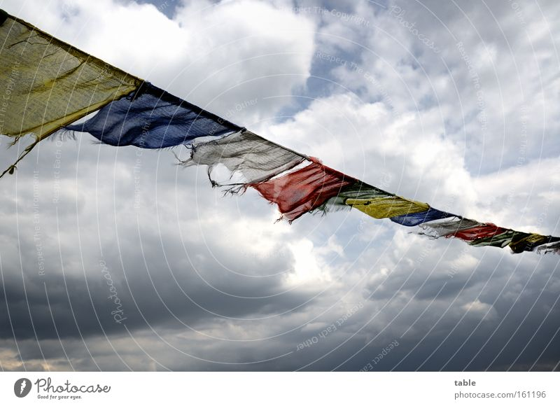 Gegenwind Fahne flattern Wind Wetter Unwetter Himmel Wolken dunkel Hoffnung Religion & Glaube gelb blau rot Gefühle Schwäche wehen