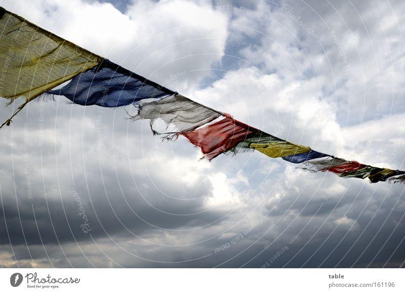 Gegenwind Himmel blau rot Wolken gelb dunkel Gefühle Religion & Glaube Wind Wetter Hoffnung Fahne Unwetter Schwäche wehen flattern