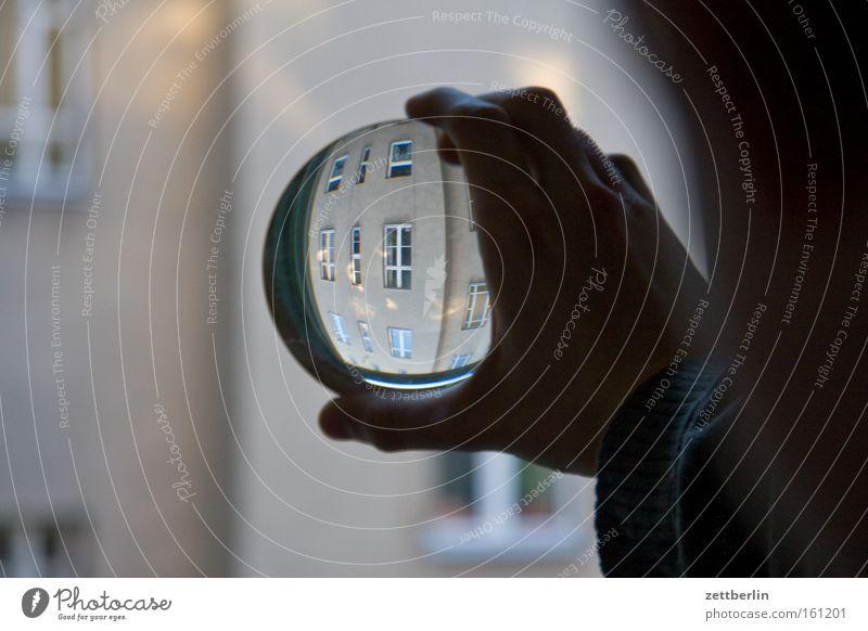 Gegenüber Lupe Brennweite Durchblick Kopfstand wirklich Haus Stadthaus Fenster Fensterfront Hand Detailaufnahme Häusliches Leben Linse brennglas brechungswinkel