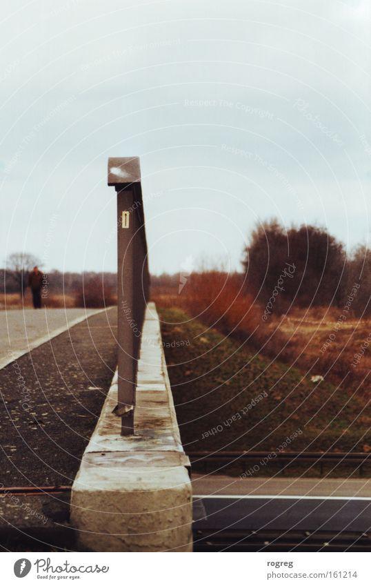 Neulich an der Brücke Natur Straße Herbst Pfeil Geländer Nachmittag Autobahn Unterführung Autobahnkreuz