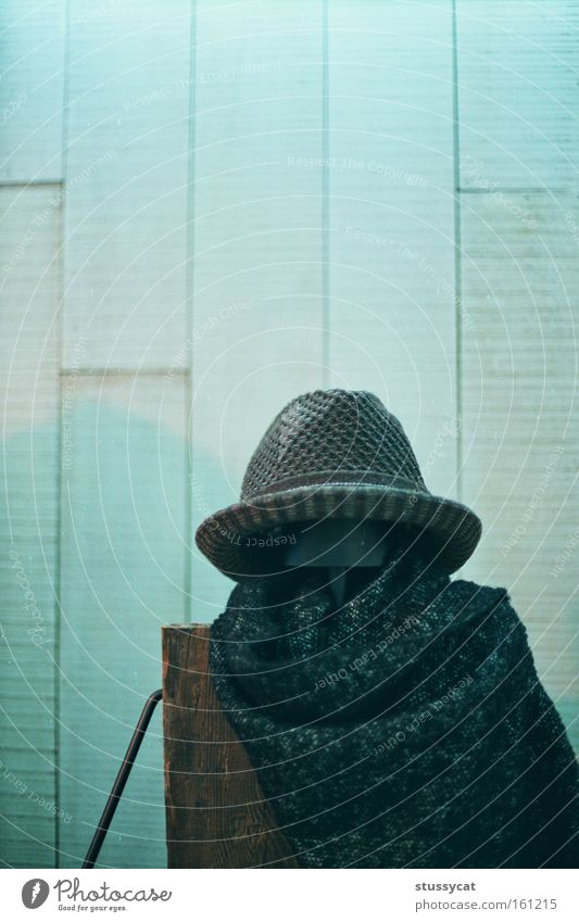 Modellierung Wand Mauer Holz Hut Schal Kopftuch braun schwarz Winter überwintern Linie Taiwan Bekleidung