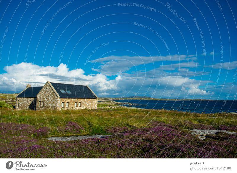 Einsames Haus bei Connemara an der Küste in Irland Republik Irland Landschaft Einsamkeit Atlantik Dorf Erholung Ferienhaus Hütte Idylle ländlich malerisch Meer