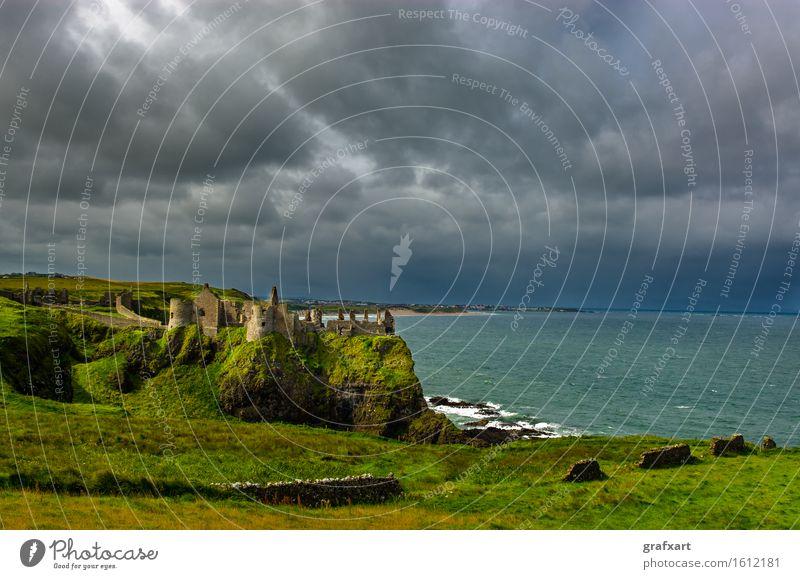 Dunluce Castle an der stürmischen Küste in Nordirland Republik Irland Burg oder Schloss Landschaft Meer Reisefotografie alt Atlantik Ruine dunluce castle