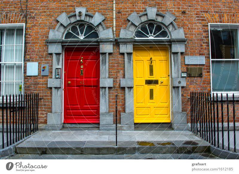 Bunte Türen in der Stadt Kilkenny in Irland geschlossen Haus Eingang Republik Irland 2 Wohnung Architektur Ausgang Fassade Fenster Gebäude Treppengeländer gelb