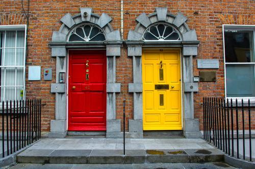 Bunte Türen in der Stadt Kilkenny in Irland rot Haus Fenster gelb Architektur Gebäude Fassade Wohnung Treppe geschlossen Sicherheit Wohnhaus Treppengeländer