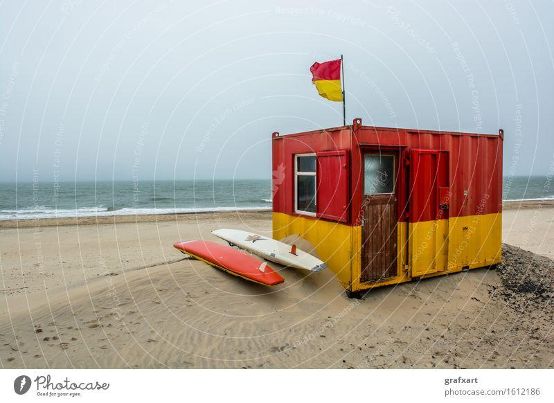 Rettungsschwimmer Station am Strand bei Brittas Bay in Irland Meer Strandposten Surfbrett Sand Küste Wind Atlantik Bademeister brittas bay Stranddüne Fahne