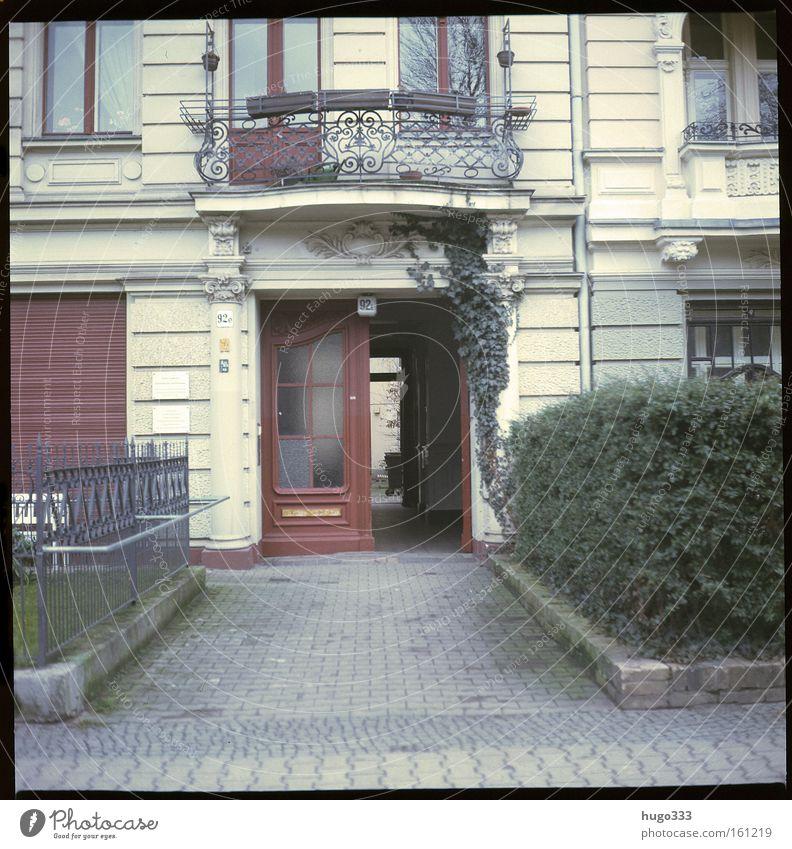 Berlin IV Haus Eingang Tür alt Hecke Dekoration & Verzierung Balkon Mittelformat Straße Kreuzberg Verkehrswege Entrance Kodak Ektachrome Pflastersteine