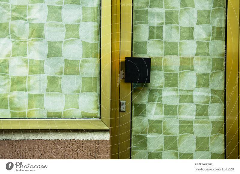 Eingang Fenster Tür geschlossen Ladengeschäft Dienstleistungsgewerbe Schloss Langeweile Vorhang Gardine kariert Schaufenster penibel Eingangstür