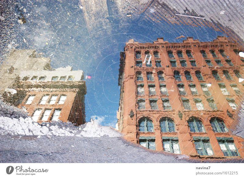 New York brownstone New York City Altstadt Menschenleer Fassade alt Neugier Spiegelbild Pfütze Regen Fenster Farbfoto Außenaufnahme Tag