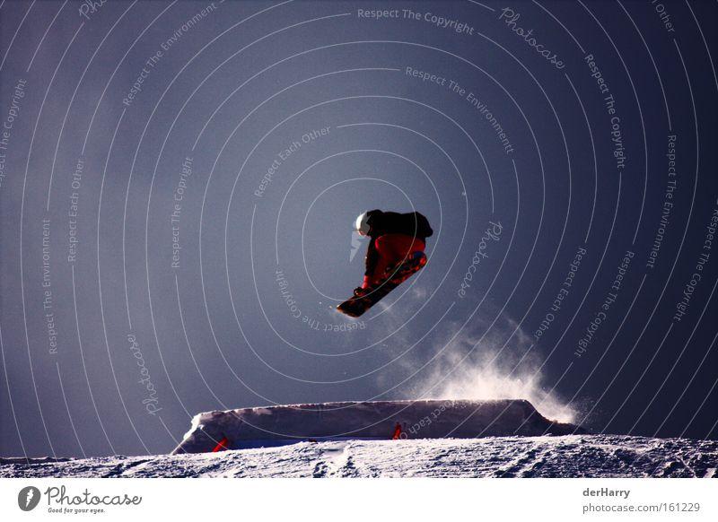 Ride the Snow blau Winter Schnee Stil Sport Spielen springen Luft hoch Snowboard Wintersport Freestyle Snowboarding Schanze Snowboarder