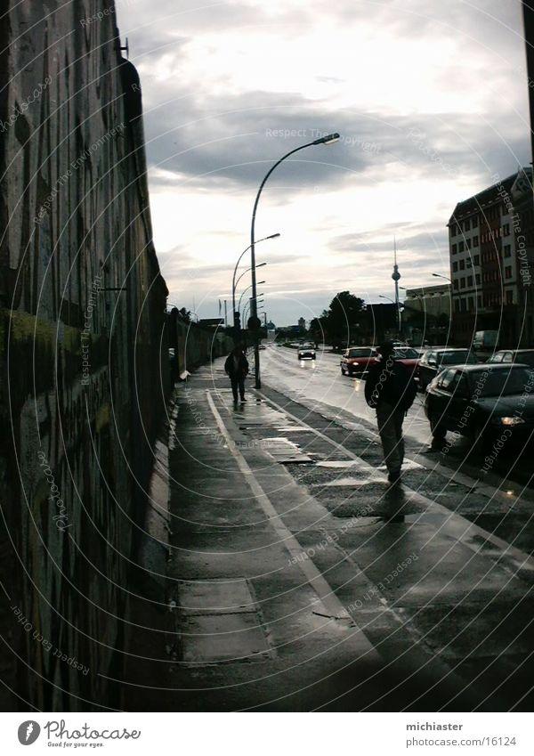 Eastside dunkel Berlin Wand Mauer Regen historisch DDR Osten Berliner Fernsehturm November Berliner Mauer Endzeitstimmung Ostbahnhof Eastside Gallery