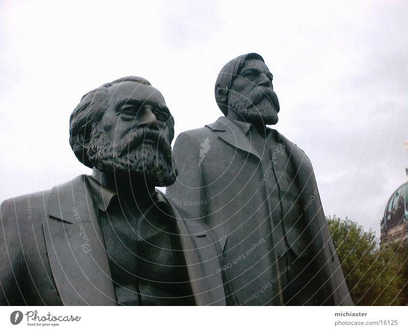 Marx und Engels vereint Mensch Skulptur Denkmal Erwartung Hoffnung Politik & Staat Statue Kommunismus Völker Berlin Hauptstadt Friedrich Engels