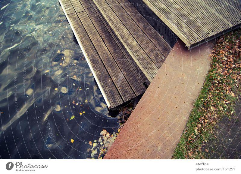 es ufert aus Holz Treppe Rasen Fluss Steg Seeufer Anlegestelle Flussufer Kanal Spree Hochwasser Wasserstraße