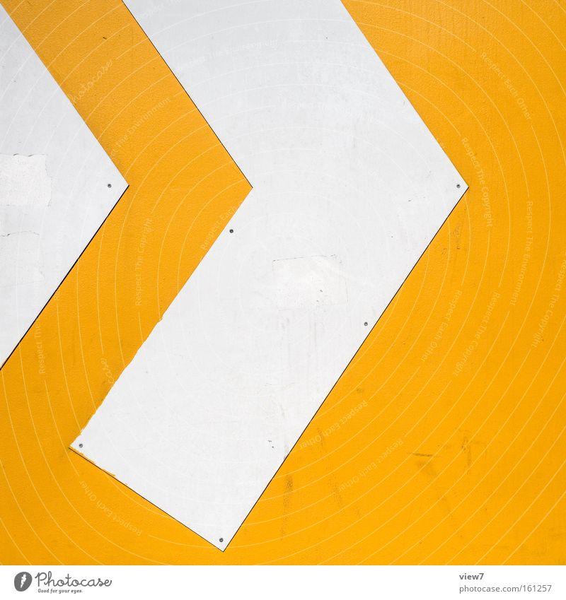 >> Mauer Wand Fassade Zeichen Hinweisschild Warnschild Linie Pfeil Streifen authentisch einzigartig modern neu positiv gelb weiß Zukunft graphisch