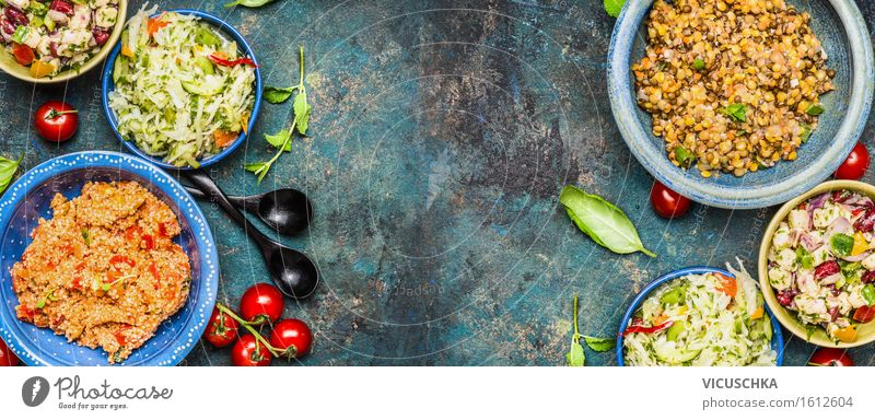 Vegetarische Salate. Salat Bar Lebensmittel Gemüse Salatbeilage Kräuter & Gewürze Ernährung Mittagessen Büffet Brunch Festessen Bioprodukte