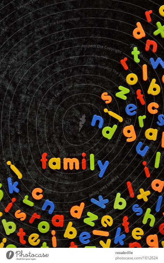 bunte Familie Kind blau grün rot Freude schwarz gelb lustig Familie & Verwandtschaft Spielen Glück Schule orange Schriftzeichen Fröhlichkeit Kreativität