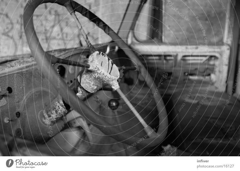 Lenken Lastwagen Lenkrad Verkehr PKW Schwarzweißfoto Fahrerseite