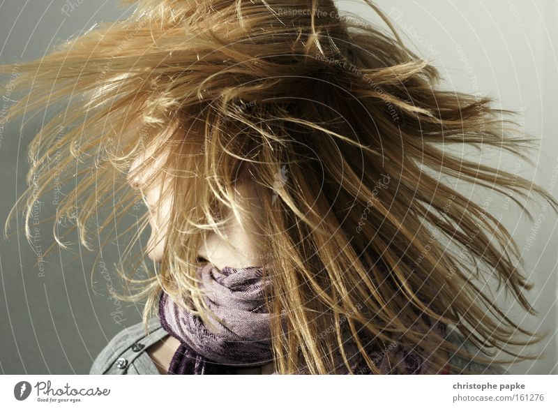 Hairdesign Farbfoto Gedeckte Farben Innenaufnahme Blitzlichtaufnahme Licht Schatten Kontrast Wegsehen Freude Haare & Frisuren Musik Tanzen Friseur Frau