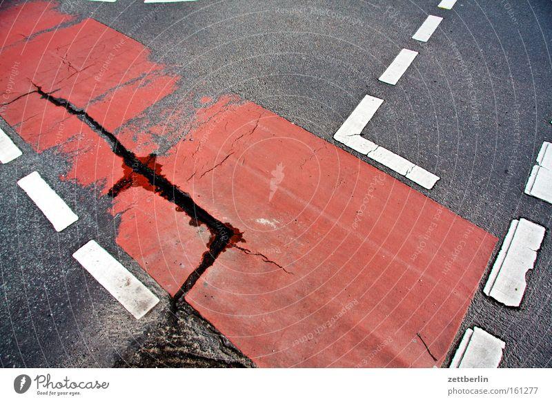 Sorum oder sorum Wege & Pfade Fahrradweg Fahrbahn Straße Information Fahrbahnmarkierung rechts links Schilder & Markierungen Ecke Knick Linie Asphalt