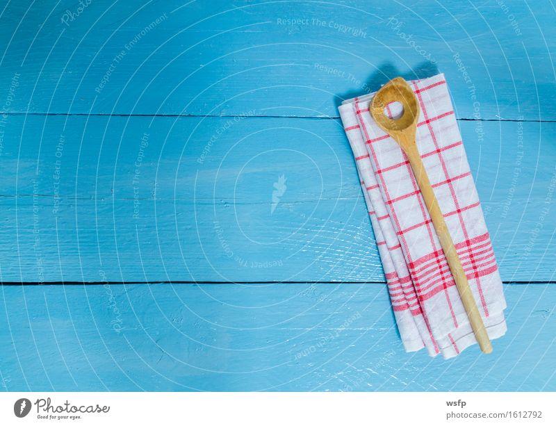 Kochlöffel und Geschirrtuch auf blauem Holzhintergrund alt weiß rot Speise Textfreiraum Kochen & Garen & Backen Küche Gastronomie Restaurant Holzbrett