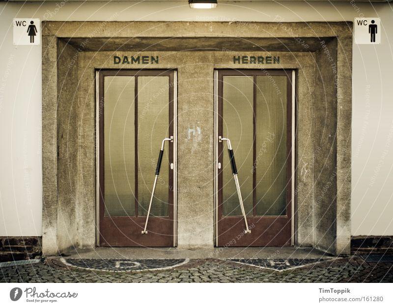 Klare Verhältnisse Tür retro Toilette Toilette Dame historisch Trennung gleich Herr Piktogramm Zugang Eingangstür Großbuchstabe Gleichstellung Emanzipation