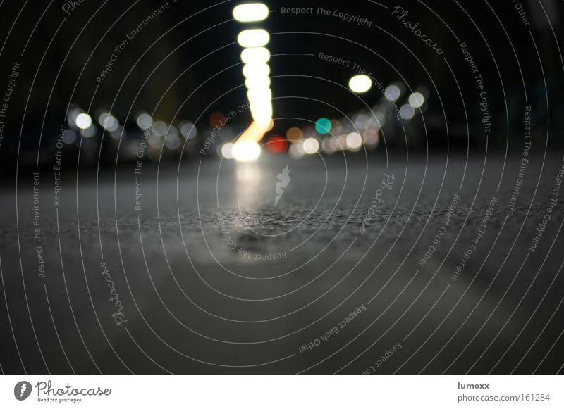 Die Einsamkeit der Straße Verkehrswege PKW fahren dunkel kalt Stadt grau weiß Asphalt Straßenbeleuchtung KFZ Autoscheinwerfer Fahrbahnmarkierung Nacht Licht