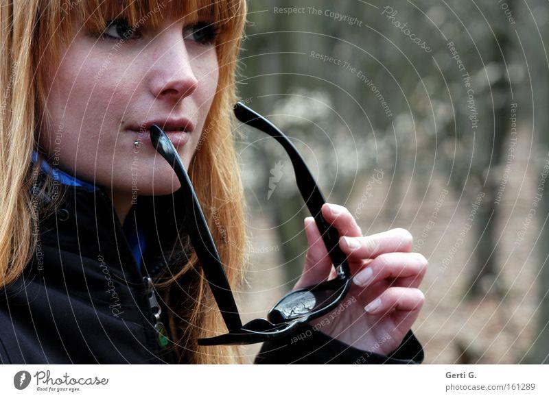 woman Frau Hand schön Gesicht kalt Denken Finger Brille festhalten Sonnenbrille langhaarig Weisheit Porträt Raureif