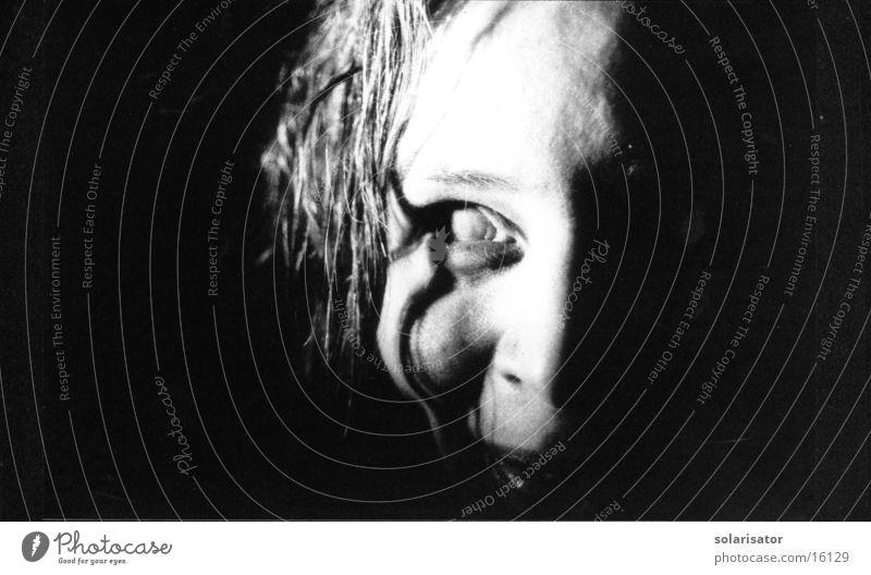 schönhässlich schwarz weiß gruselig Monster Schrecken Frau death night Auge eye Blick creature beast entstellt Linse grau