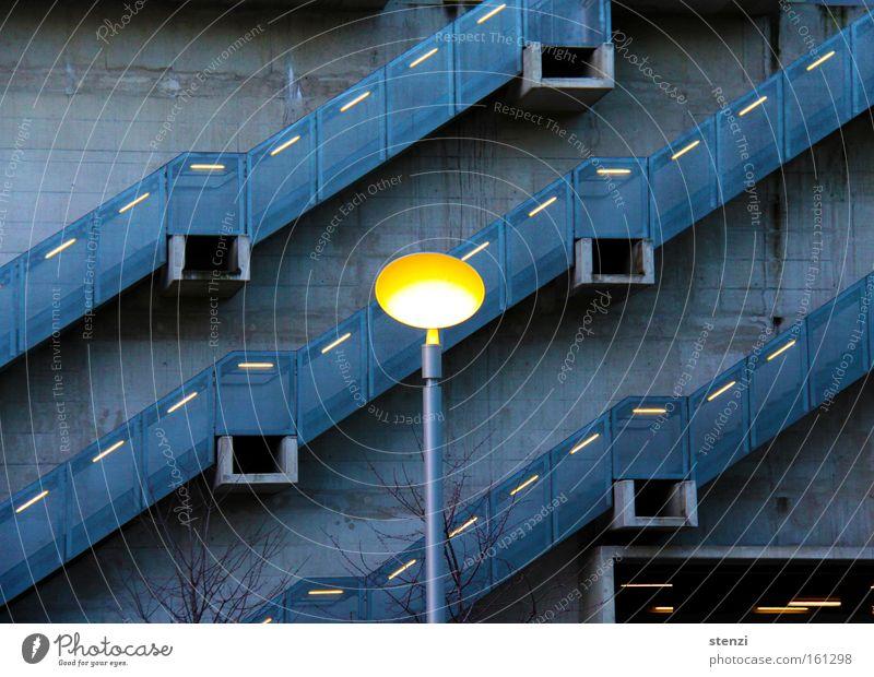 Stiegenlicht Stimmung Architektur Treppe Laterne aufwärts diagonal