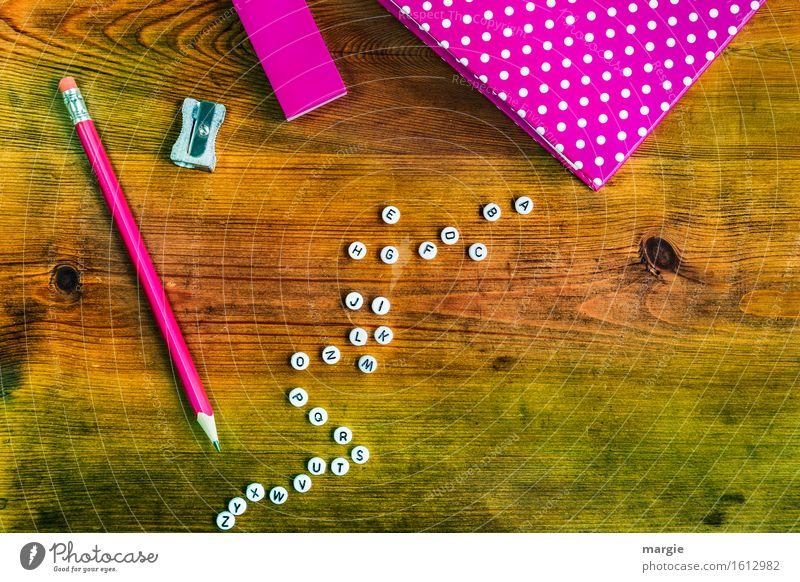 Alle Buchstaben des Alphabet, ein Heft, ein Stift und ein Radiergummi in der Farbe pink auf einem Holztisch Schule lernen Arbeit & Erwerbstätigkeit Beruf