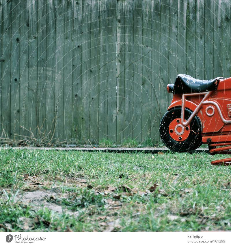 feuerrotes spielmobil Spielplatz Motorrad Metallfeder Spielen Kindheit Spielzeug Kindheitstraum Geschwindigkeit Holzwand Rasen Sportrasen Wiese alt Wippe