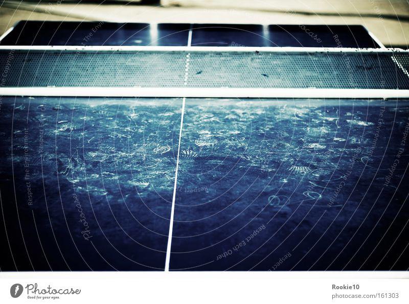 Underground Tischtennis alt blau Freude Sport Spielen Freiheit dreckig Aktion kaputt schäbig Tischtennis