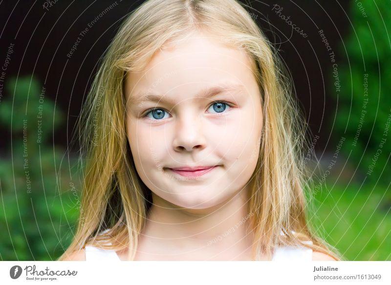 Nettes Mädchen mit dem blonden langen Haar Kind Schulkind Kindheit 1 Mensch 3-8 Jahre 8-13 Jahre Lächeln blau weiß Vorschulkind sechs 7 Kaukasier Europäer