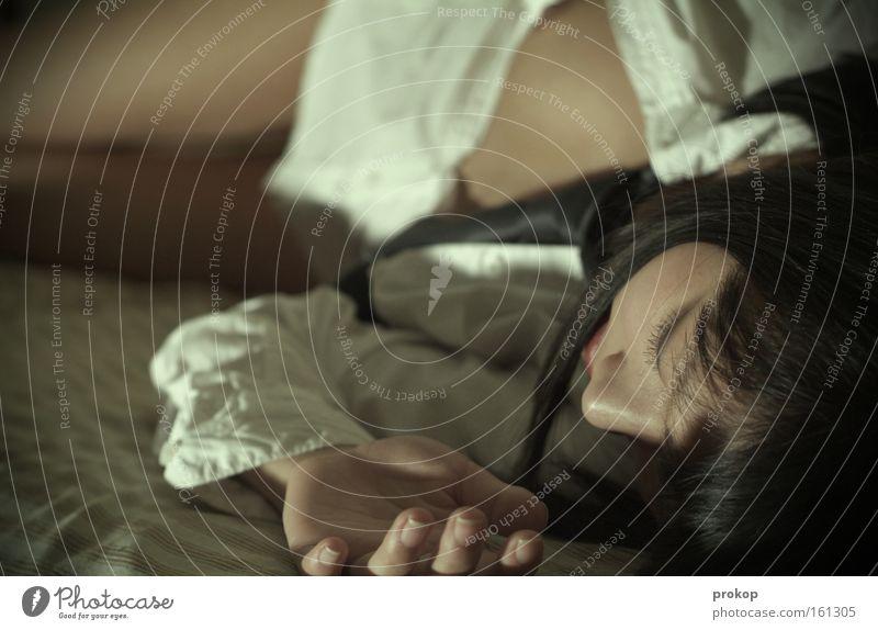 Drüben Frau Hand schön Gesicht Erholung Beine liegen schlafen Frieden Hemd Müdigkeit attraktiv ruhen Mensch