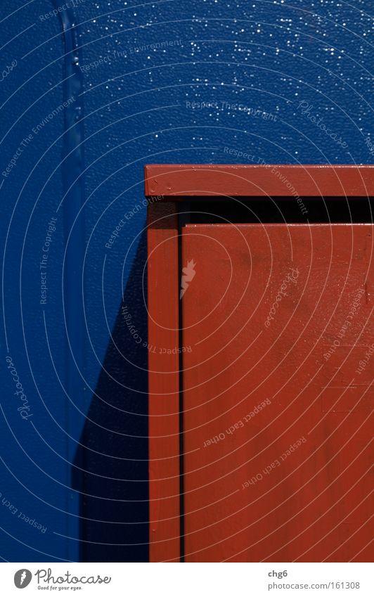 Der rote Kasten wirft einen Schatten auf blau Wand Architektur Industrie Bildausschnitt lackiert
