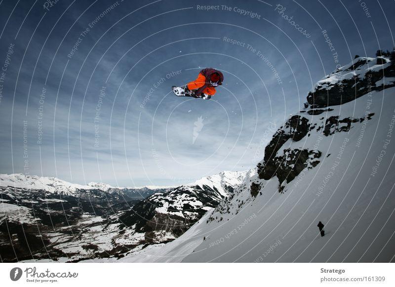 abgehoben Snowboard springen Luft hoch Schnee Berge u. Gebirge Stil orange Sonne Blauer Himmel Freestyle Aussicht Freude Winter Wintersport Fußballer Fett