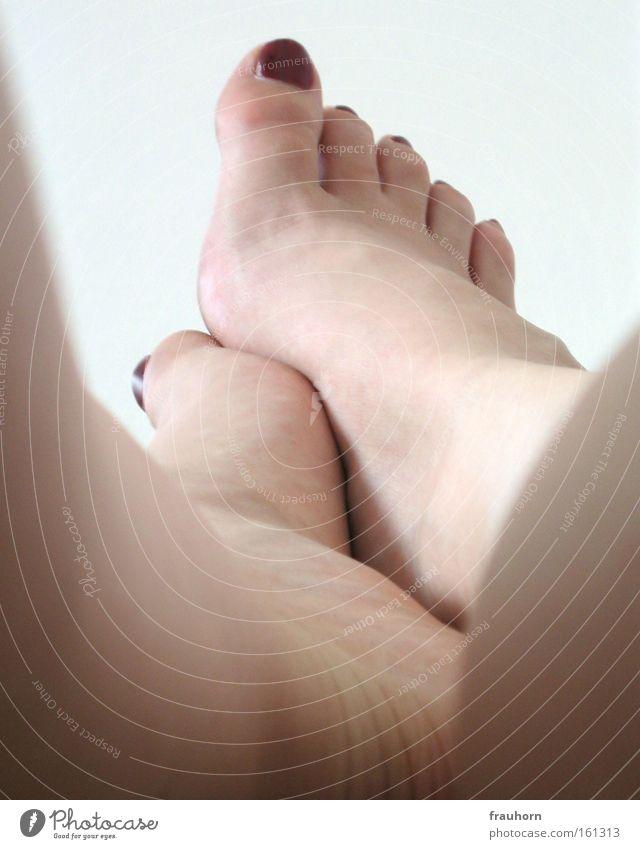 ablegen Fußballen Zehen Nagellack Wade Unterschenkel Erholung Wohnung Schlafzimmer Beine spann beine hochlegen füße strecken Barfuß